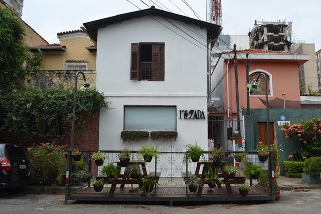 vista do parklet a partir da rua com pizzaria ao fundo | imagem: arquivo pessoal