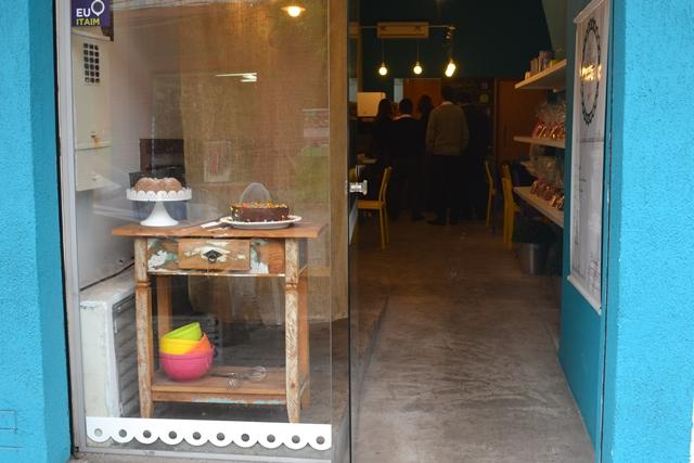 fachada e vitrine com rampa de acessibilidade | imagem: arquivo pessoal