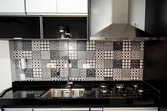 azulejos preto e branco em parede de cozinha | imagem: arquivo pessoal